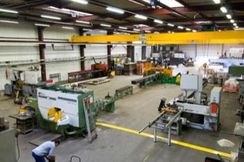 Vue d'atelier de sciage à façon des matériaux métal