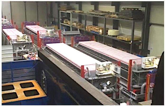 Vue hauteur Montage de machines industrielles en série dans les ateliers