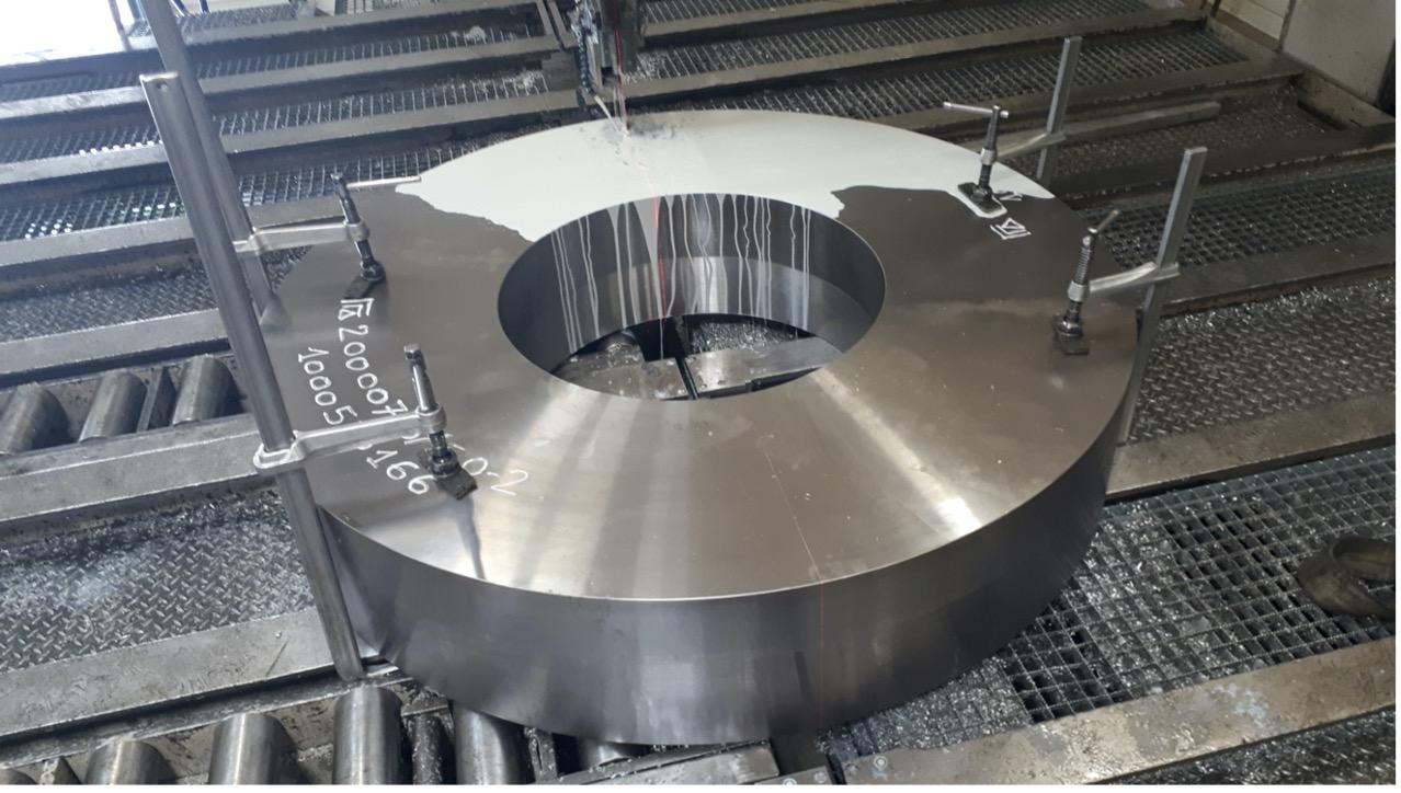 sciage métallique d'une couronne acier